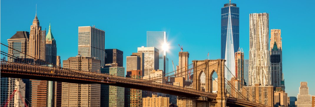 Skyline und Brooklyn Bridge in New York City.