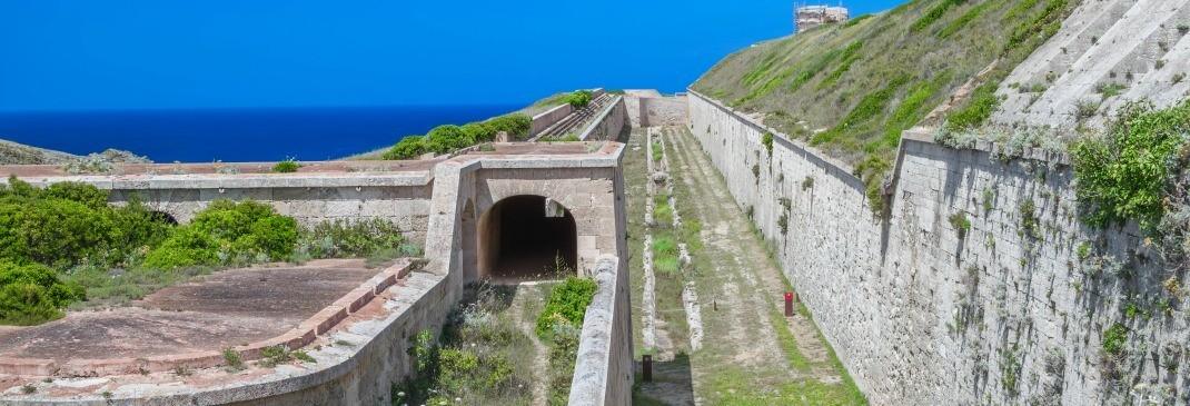 Tunnel mit Blick aufs Meer auf Menorca