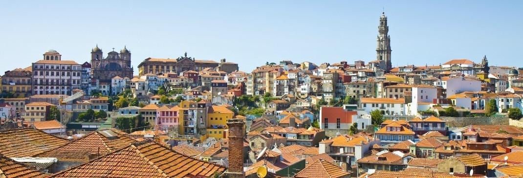 Ein Blick über die roten Dächer in Porto