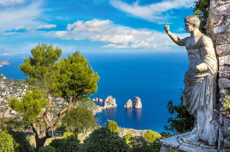 Bucht mit Statue am Golf von Neapel