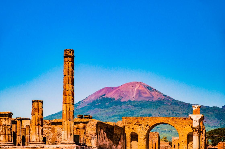 Vesuv und Ruinen am Golf von Neapel