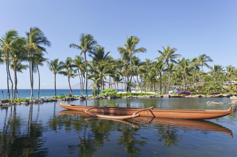 Kanus in einer Lagune auf Hawaii