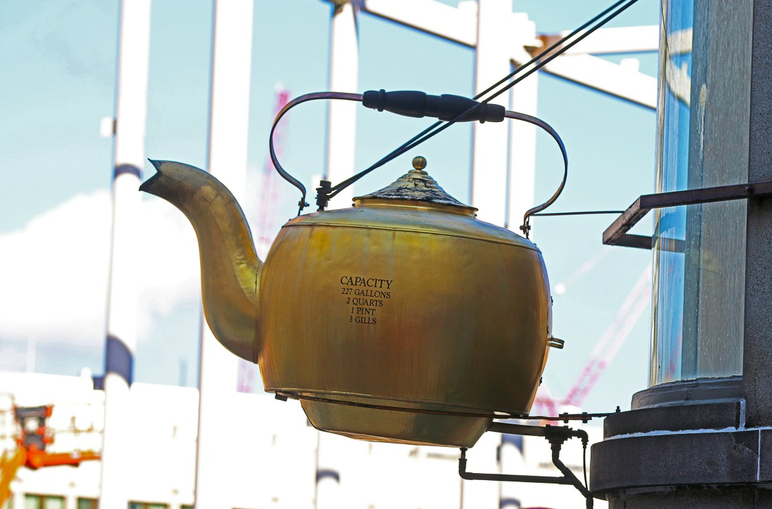 Der goldene Boston Tea Kettle.