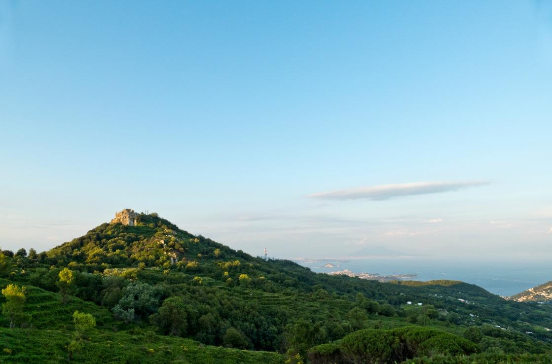 Der Epomeo Berg auf Ischia in Italien.