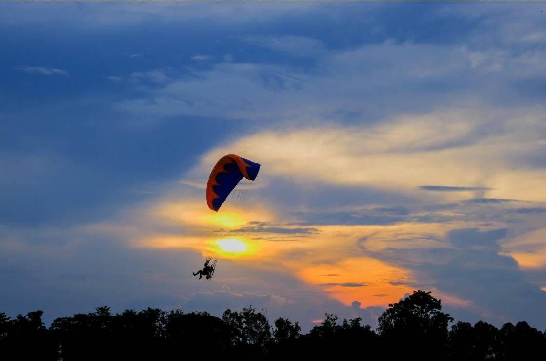Ein Fallschirmspringer über Austin.