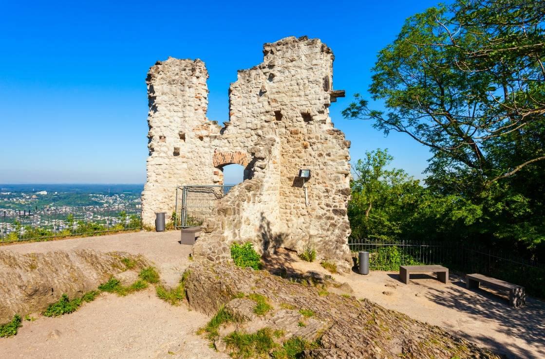 Die Ruinen der Burg auf dem Drachenfels.