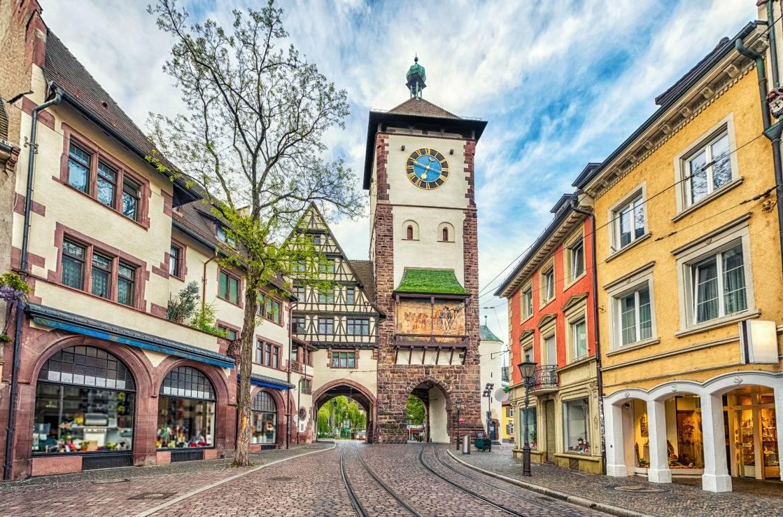 Freiburgs Innenstadt mit historischen Gebäuden.