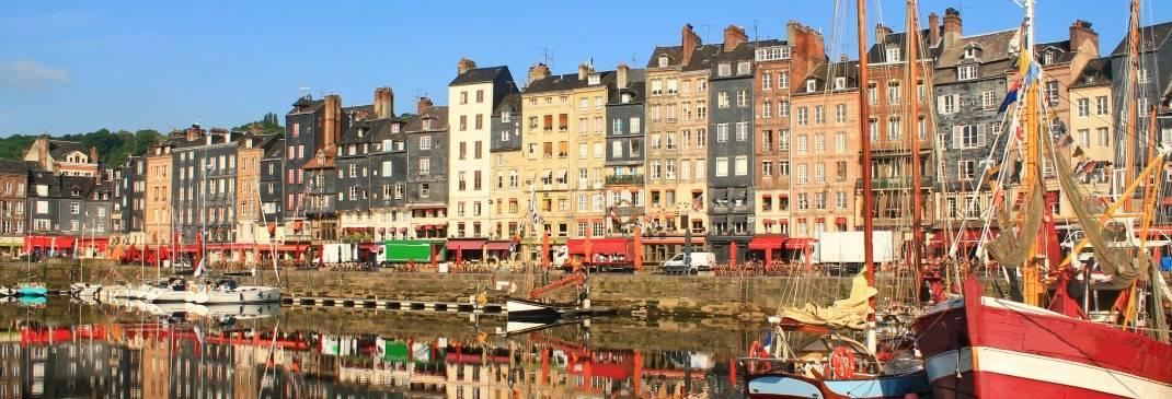 Häuser am Hafen einer kleienn Stadt bei Le Havre.