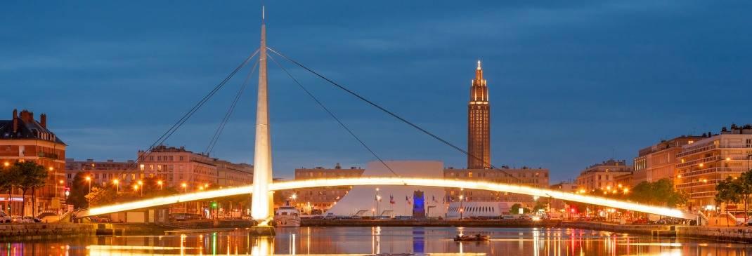 Die berühmte lange Brücke von Le Havre am Abend.