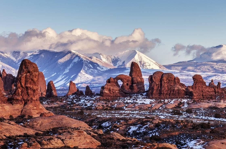 Der schneebedeckte Arches Nationalpark in Utah.