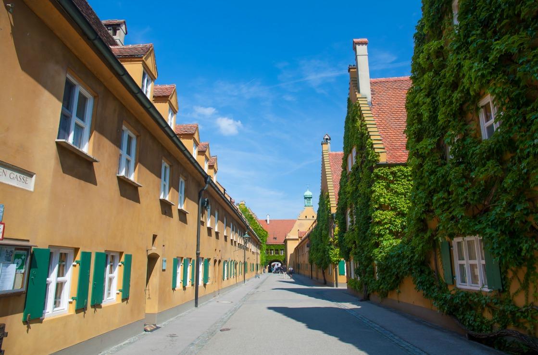 Fuggerei in Augsburg im Sommer