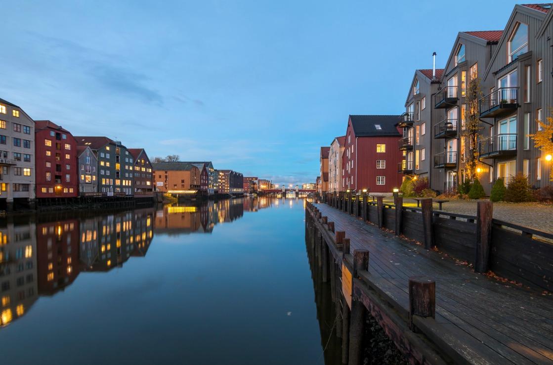 Bunte Häuser in Trondheim in Trondelag am Abend