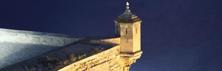De koning te rijk bij de kastelen van Alicante banner