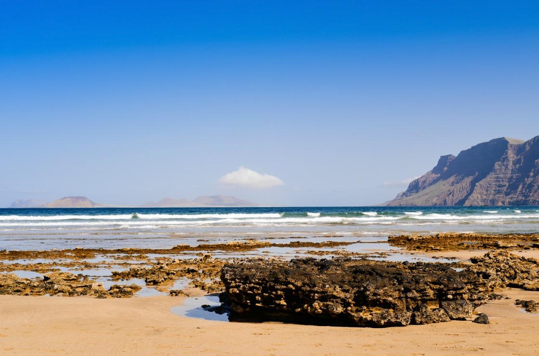 Playa de Famara im Sommer auf Lanzarote